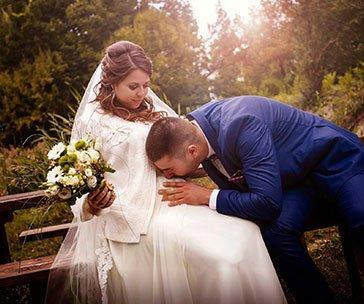 Сватбена фотография от Балин Балев- Младоженец целува корем на булката