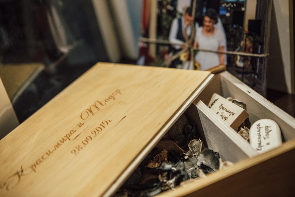 Гравирана дървена кутия и usb памет за сватбен ден, сватбен фотограф Балин Балев, гр. Варна